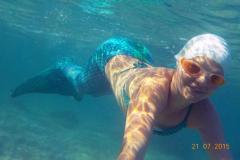 Unsere Tochter als Meerjungfrau im glasklaren Wasser