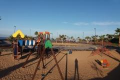 Spielplatz mit Basketball- und Volleyballfeld