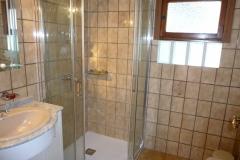 Bad, neue Dusche mit Glastüren, WC, Bidet, Waschtisch