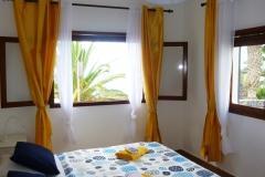 Schlafzimmer mit 2 Fenster, direkter Meerblick, großes Doppelbett