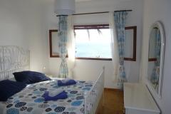 Schlafzimmer mit direktem Meerblick, großes Doppelbett