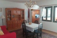 Wohnzimmer mit Küche und Fenster zum Patio