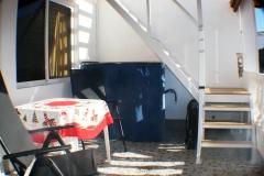 Terrasse mit Schlafzimmerfenster und Aufgang zur privaten Sonnenterrasse