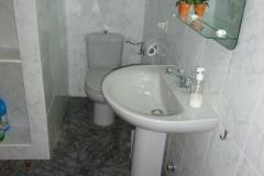 Bad mit Dusche, WC, Bidet, Waschtisch, Kostmetikspiegel, Haarfön