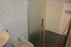 Bad mit Dusche,Bidet,WC,Waschtisch, Kosmetikspiegel, Haarfön